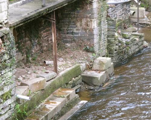 ruines et rivière.jpg