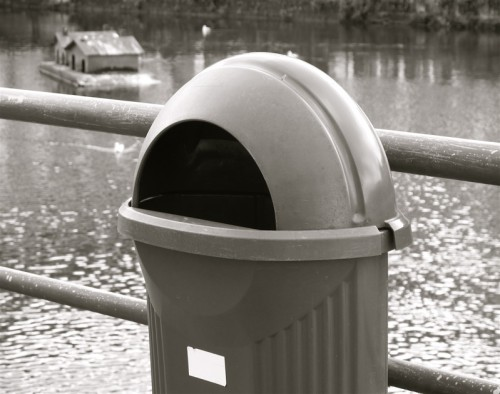 poubelle au bord de la rivière.jpg