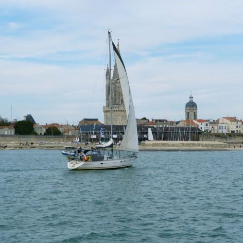 bateau devant la tour.jpg